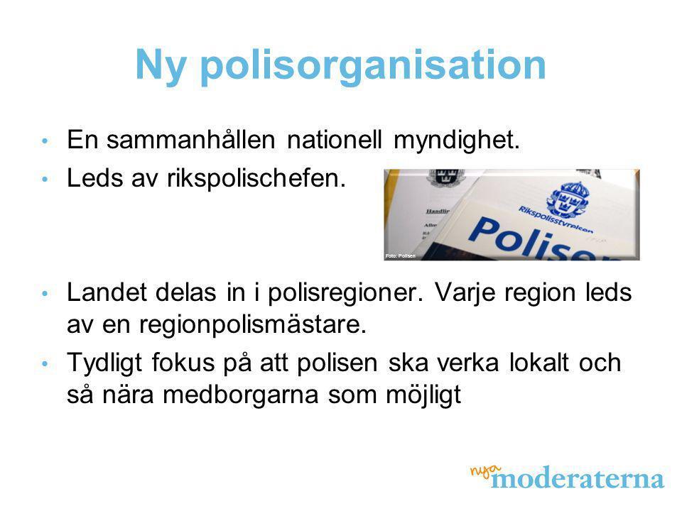 Ny polisorganisation • En sammanhållen nationell myndighet. • Leds av rikspolischefen. • Landet delas in i polisregioner. Varje region leds av en regi