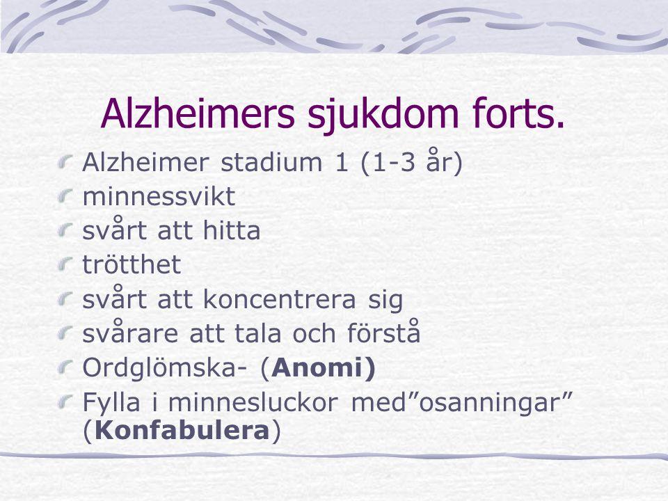Alzheimer stadium 1 (1-3 år) minnessvikt svårt att hitta trötthet svårt att koncentrera sig svårare att tala och förstå Ordglömska- (Anomi) Fylla i mi