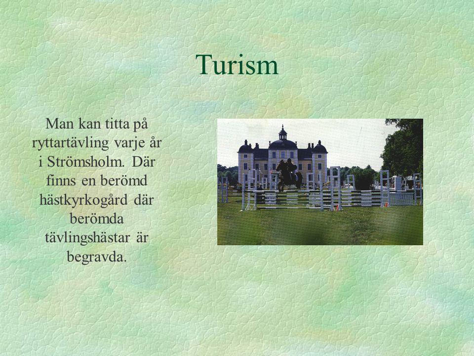 Turism Man kan titta på ryttartävling varje år i Strömsholm. Där finns en berömd hästkyrkogård där berömda tävlingshästar är begravda.