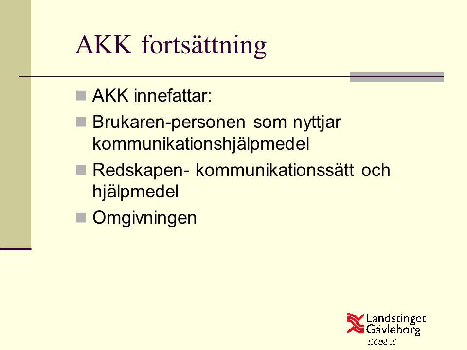 AKK fortsättning  AKK innefattar:  Brukaren-personen som nyttjar kommunikationshjälpmedel  Redskapen- kommunikationssätt och hjälpmedel  Omgivning