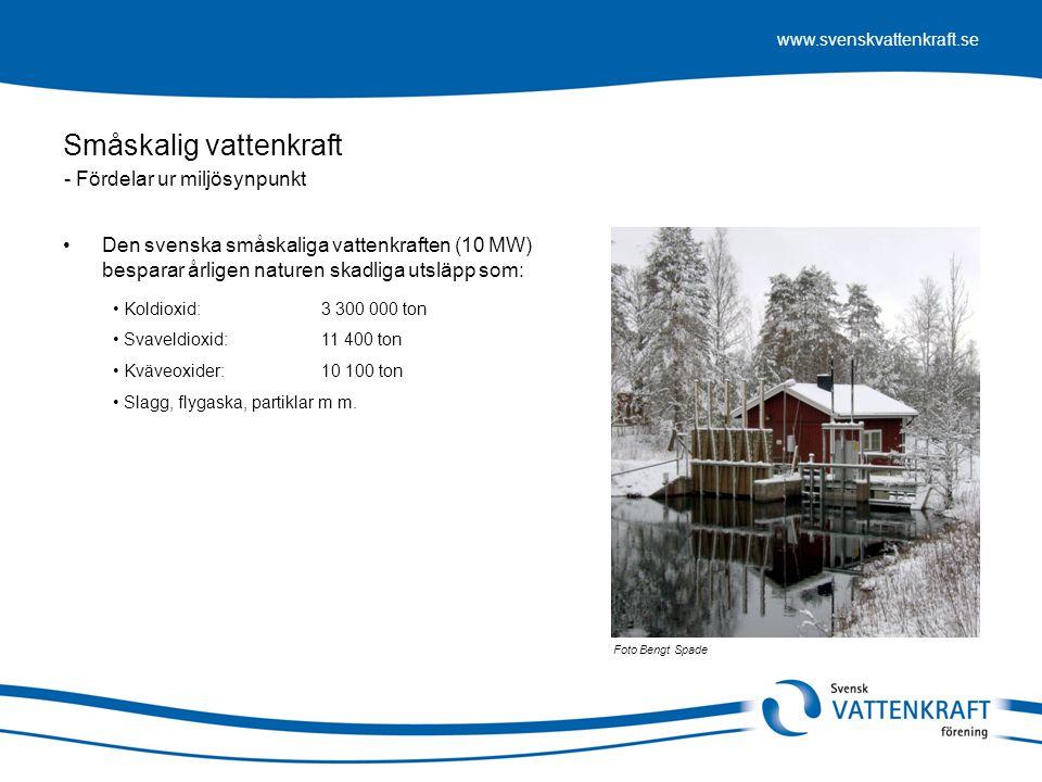 www.svenskvattenkraft.se Småskalig vattenkraft •Högre produktionskostnader (i nivå med vindkraften) •Förbränningsfri elproduktion •Lokalt producerad, lokalt konsumerad •Minskar överföringsförluster upp till 8 procent •Fler arbetstillfällen per producerad energienhet •Verksamhet på landsbygden, ett tredje ben •Bidrar till uppfyllandet av EU's klimatavtal •Bidrar till teknisk och industriell utveckling •Ett utmärkt område för entreprenörsanda •Ersätter fossil elproduktion •Sårbarhetsminskande Foto Mattias Vogel - Samhällsaspekter Svagheter: Fördelar: