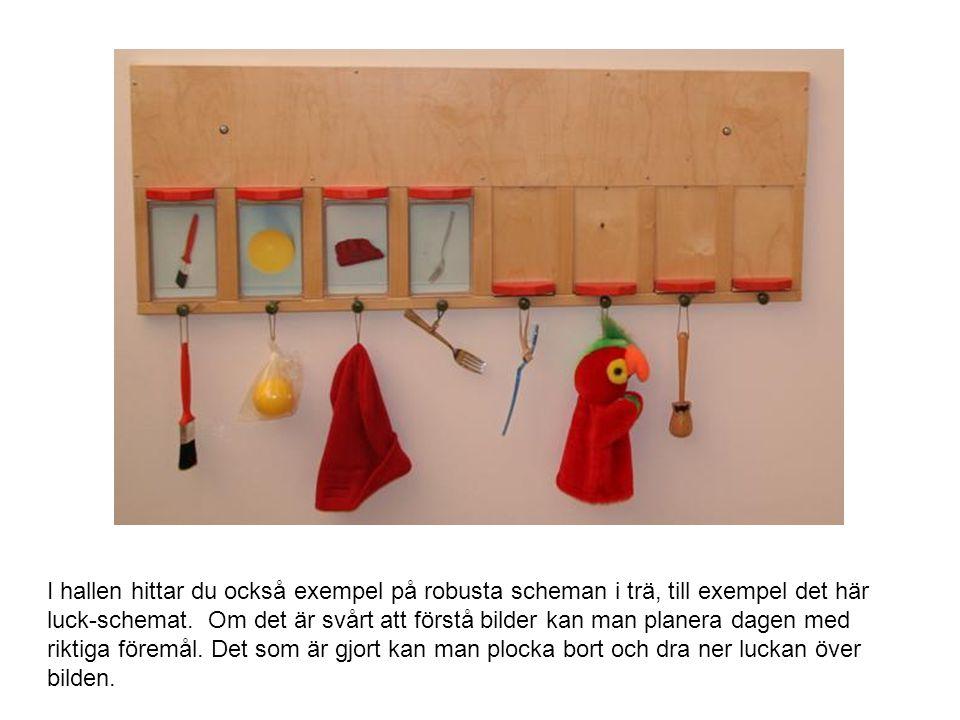 I hallen hittar du också exempel på robusta scheman i trä, till exempel det här luck-schemat.