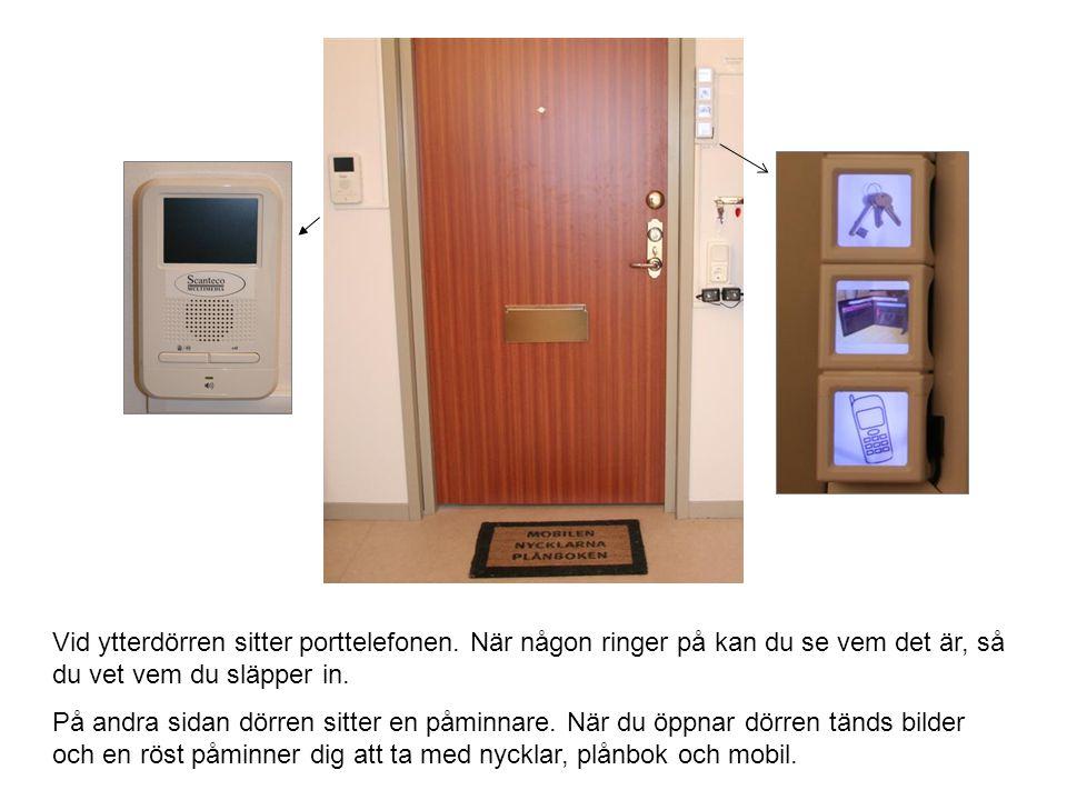Vid ytterdörren sitter porttelefonen.