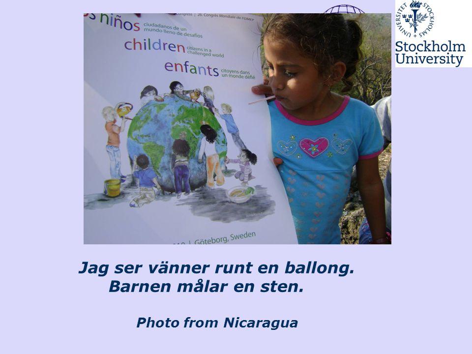 Jag ser vänner runt en ballong. Barnen målar en sten. Photo from Nicaragua