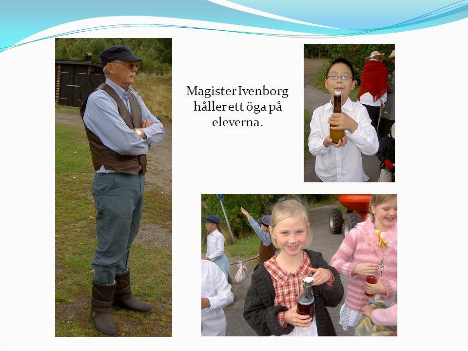 Magister Ivenborg håller ett öga på eleverna.