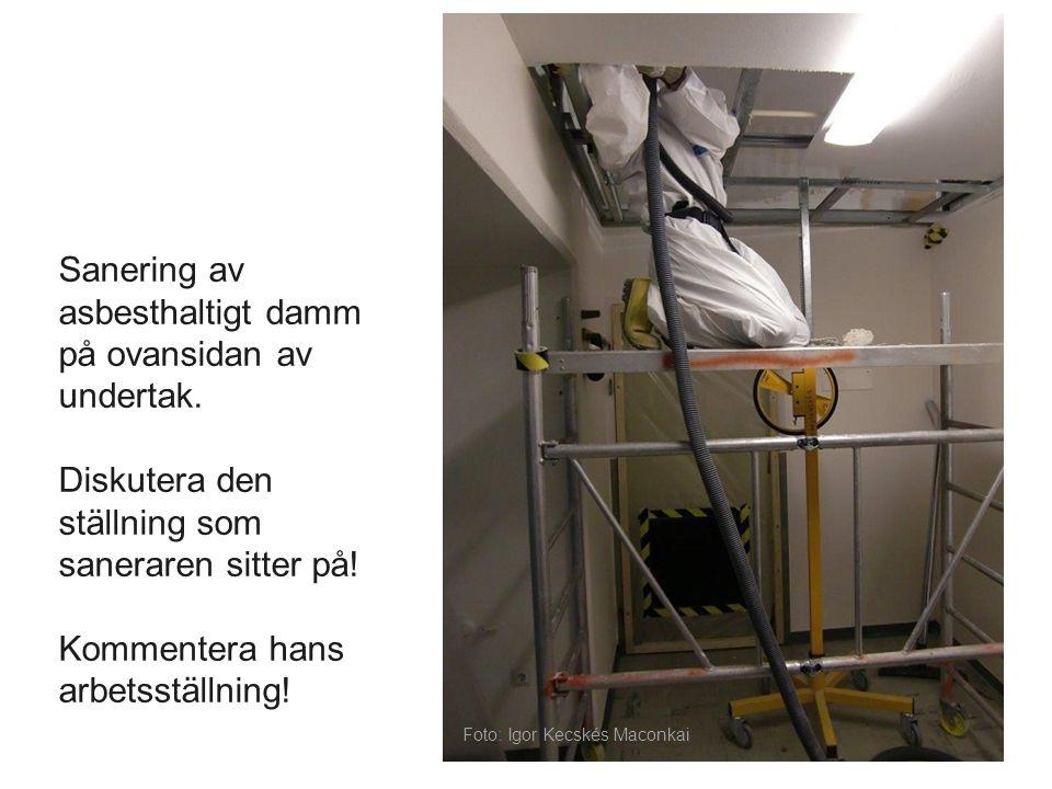 Sanering av asbesthaltigt damm på ovansidan av undertak. Diskutera den ställning som saneraren sitter på! Kommentera hans arbetsställning! Foto: Igor