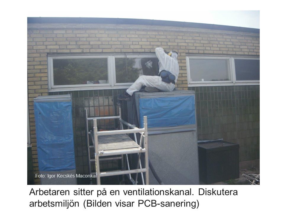 Arbetaren sitter på en ventilationskanal. Diskutera arbetsmiljön (Bilden visar PCB-sanering) Foto: Igor Kecskés Maconkai