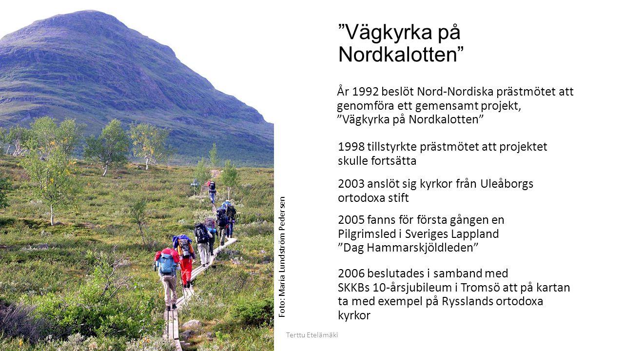Vägkyrka på Nordkalotten Terttu Etelämäki År 1992 beslöt Nord-Nordiska prästmötet att genomföra ett gemensamt projekt, Vägkyrka på Nordkalotten 1998 tillstyrkte prästmötet att projektet skulle fortsätta 2003 anslöt sig kyrkor från Uleåborgs ortodoxa stift 2005 fanns för första gången en Pilgrimsled i Sveriges Lappland Dag Hammarskjöldleden 2006 beslutades i samband med SKKBs 10-årsjubileum i Tromsö att på kartan ta med exempel på Rysslands ortodoxa kyrkor Foto: Maria Lundström Pedersen