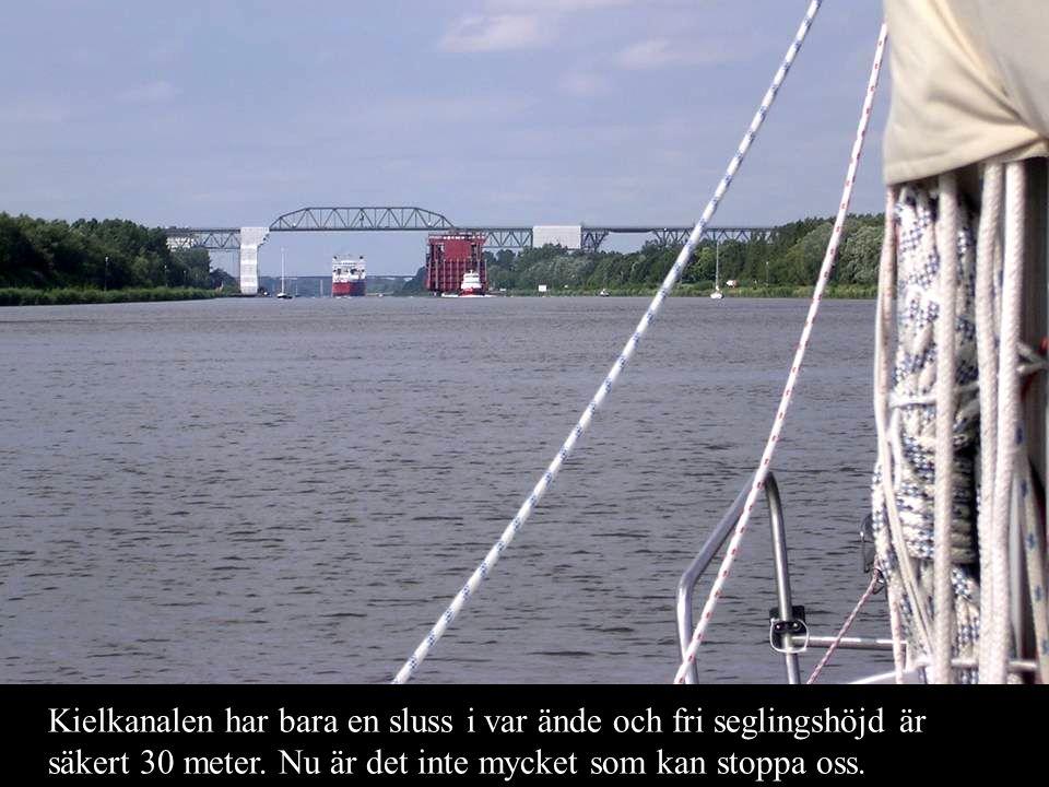 Kielkanalen har bara en sluss i var ände och fri seglingshöjd är säkert 30 meter. Nu är det inte mycket som kan stoppa oss.