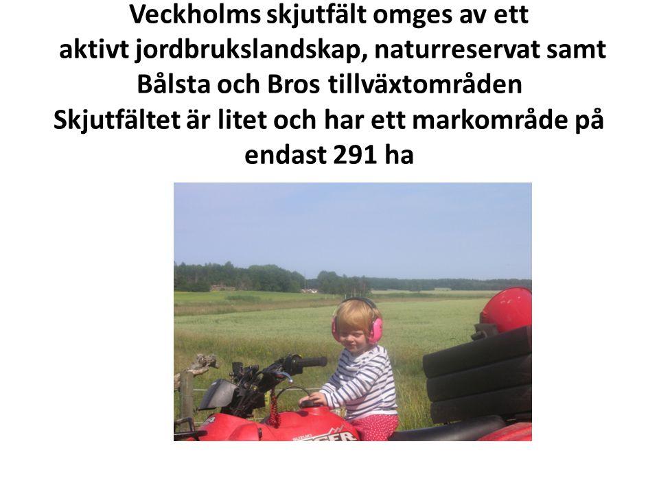 Veckholms skjutfält omges av ett aktivt jordbrukslandskap, naturreservat samt Bålsta och Bros tillväxtområden Skjutfältet är litet och har ett markområde på endast 291 ha