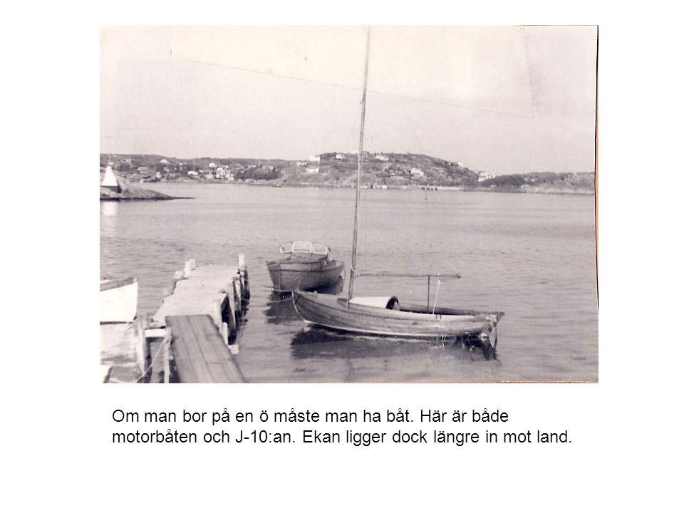 Om man bor på en ö måste man ha båt. Här är både motorbåten och J-10:an. Ekan ligger dock längre in mot land.