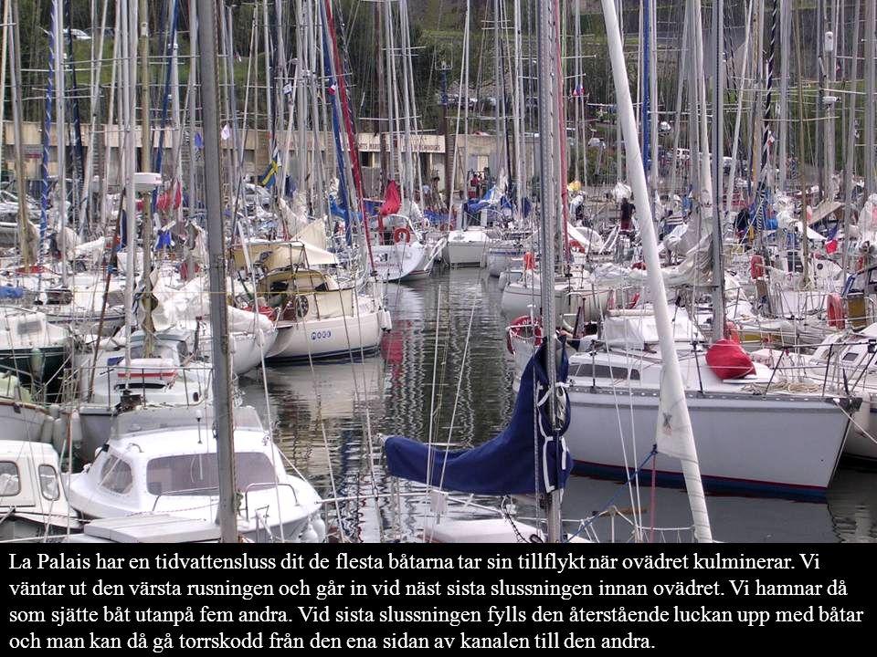 La Palais har en tidvattensluss dit de flesta båtarna tar sin tillflykt när ovädret kulminerar. Vi väntar ut den värsta rusningen och går in vid näst