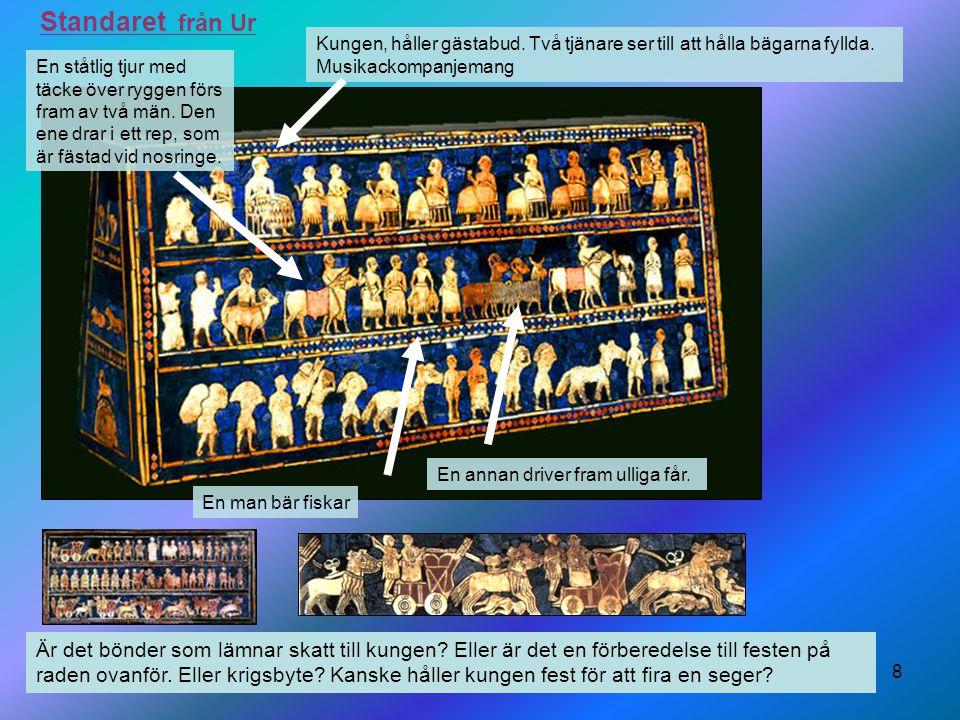 8 Standaret från Ur Kungen, håller gästabud. Två tjänare ser till att hålla bägarna fyllda. Musikackompanjemang En ståtlig tjur med täcke över ryggen