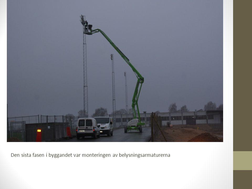 Den sista fasen i byggandet var monteringen av belysningsarmaturerna