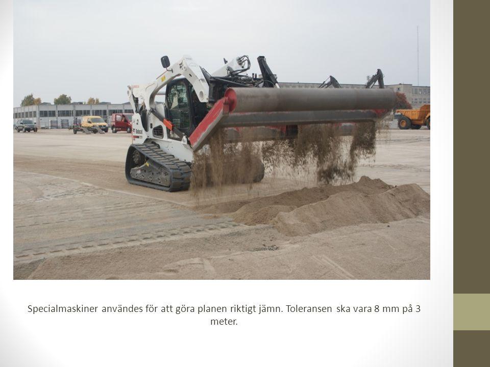 Specialmaskiner användes för att göra planen riktigt jämn. Toleransen ska vara 8 mm på 3 meter.
