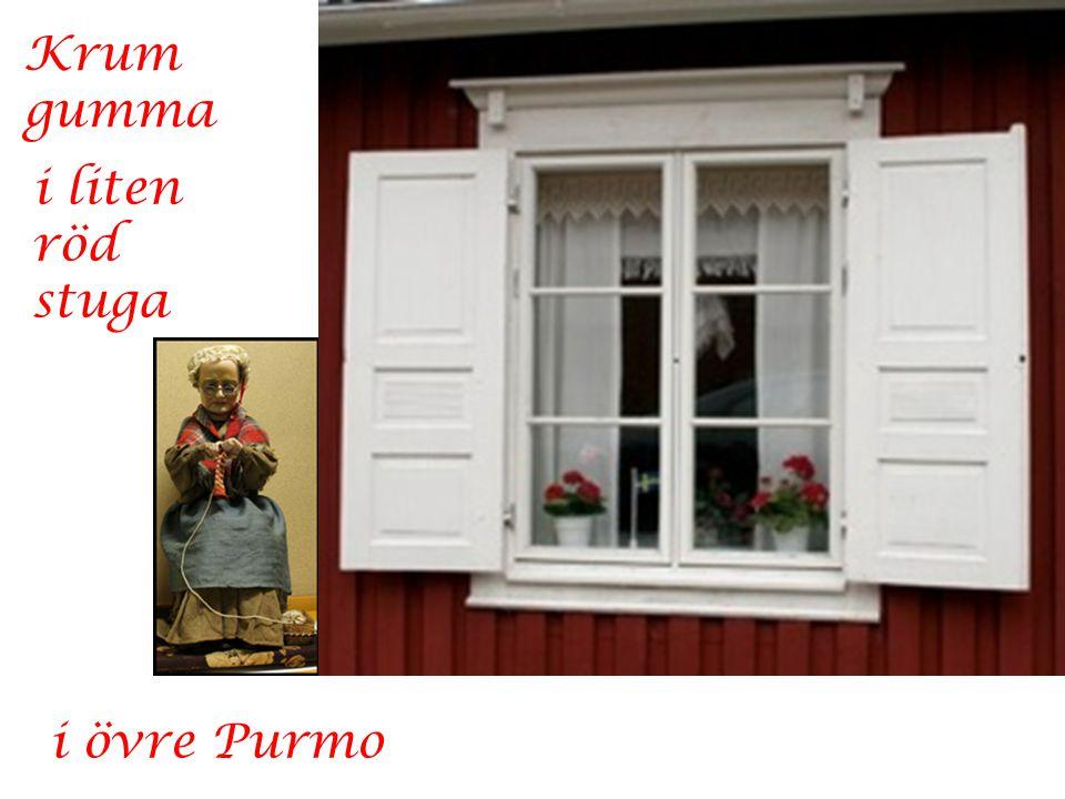 Krum gumma i liten röd stuga i övre Purmo
