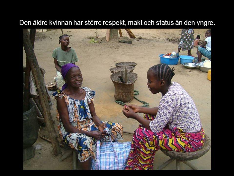 Den äldre kvinnan har större respekt, makt och status än den yngre.
