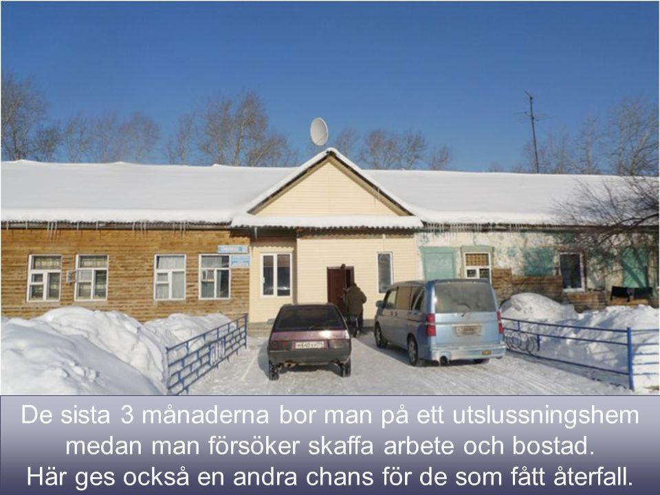 7 De sista 3 månaderna bor man på ett utslussningshem medan man försöker skaffa arbete och bostad.