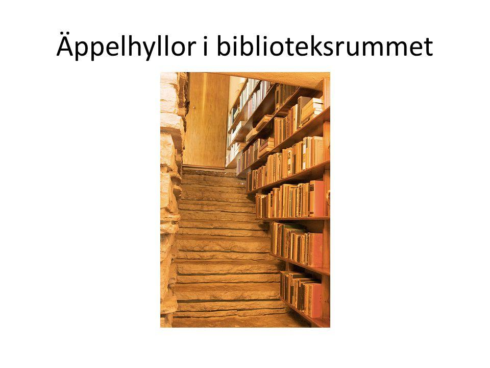 Äppelhyllor i biblioteksrummet