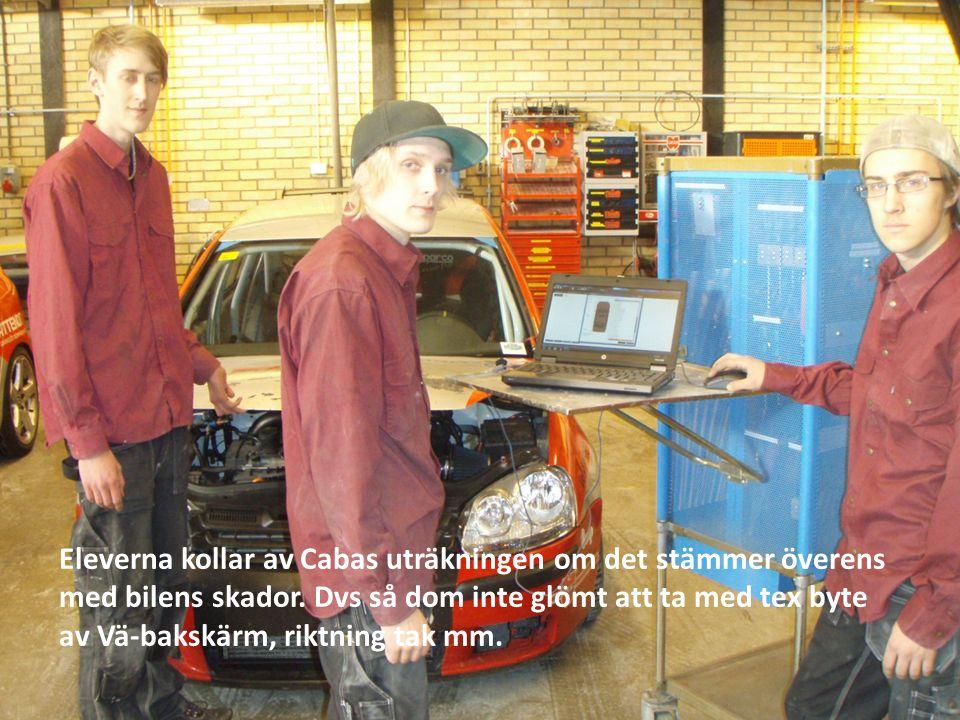 Eleverna kollar av Cabas uträkningen om det stämmer överens med bilens skador.