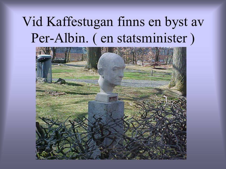 Vid Kaffestugan finns en byst av Per-Albin. ( en statsminister )