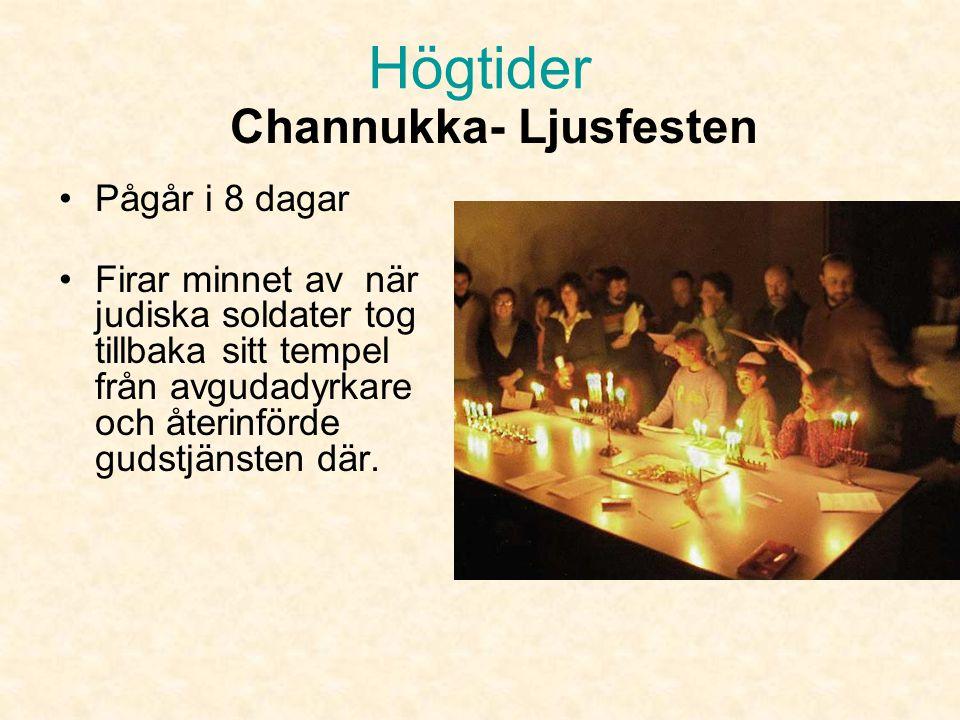 •I synagogan avslutas dagen först med en gemensam trosbekännelse.