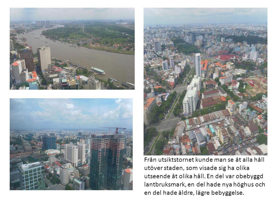 Från utsiktstornet kunde man se åt alla håll utöver staden, som visade sig ha olika utseende åt olika håll. En del var obebyggd lantbruksmark, en del