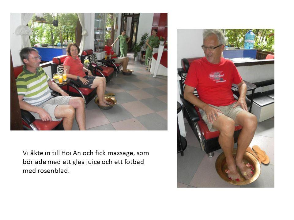 Vi åkte in till Hoi An och fick massage, som började med ett glas juice och ett fotbad med rosenblad.