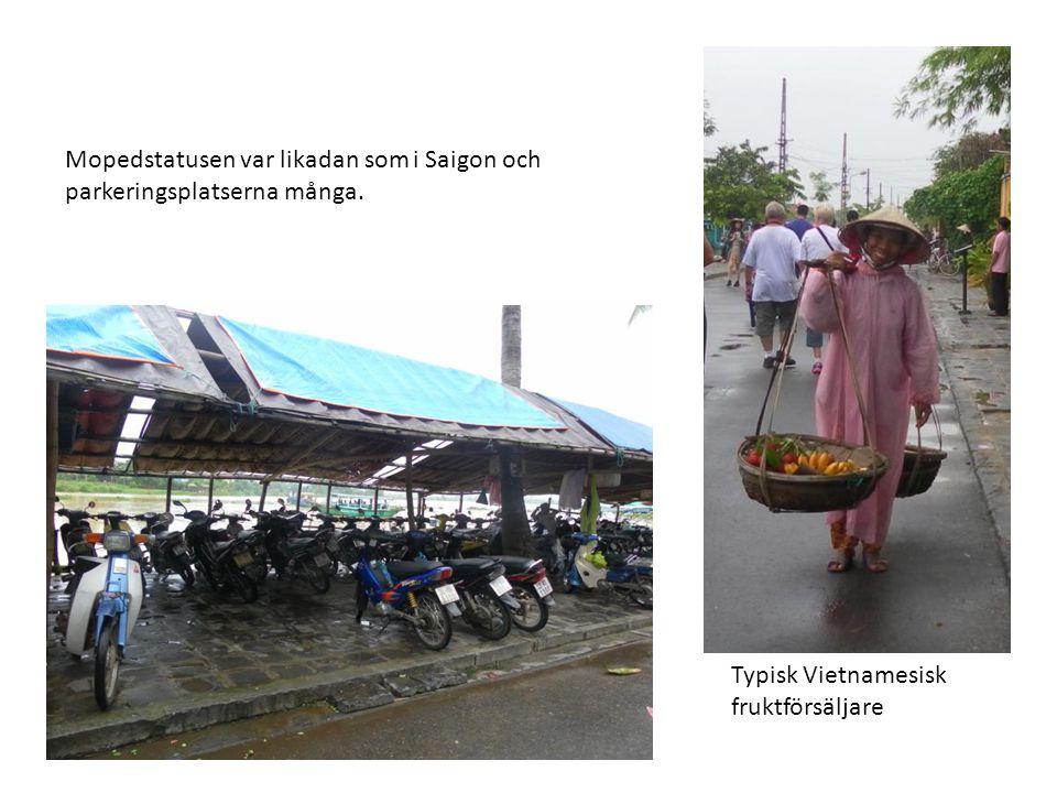 Mopedstatusen var likadan som i Saigon och parkeringsplatserna många. Typisk Vietnamesisk fruktförsäljare