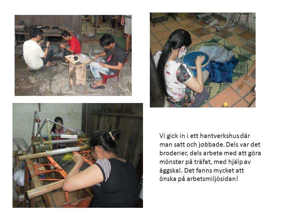 Vi gick in i ett hantverkshus där man satt och jobbade. Dels var det broderier, dels arbete med att göra mönster på träfat, med hjälp av äggskal. Det