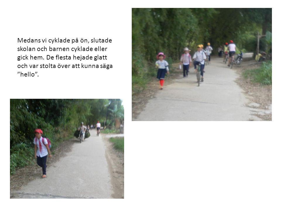 """Medans vi cyklade på ön, slutade skolan och barnen cyklade eller gick hem. De flesta hejade glatt och var stolta över att kunna säga """"hello""""."""