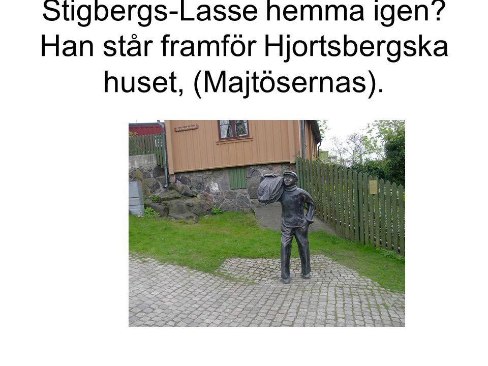Stigbergs-Lasse hemma igen Han står framför Hjortsbergska huset, (Majtösernas).