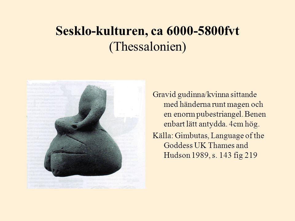Sesklo-kulturen, ca 6000-5800fvt (Thessalonien) Gravid gudinna/kvinna sittande med händerna runt magen och en enorm pubestriangel. Benen enbart lätt a
