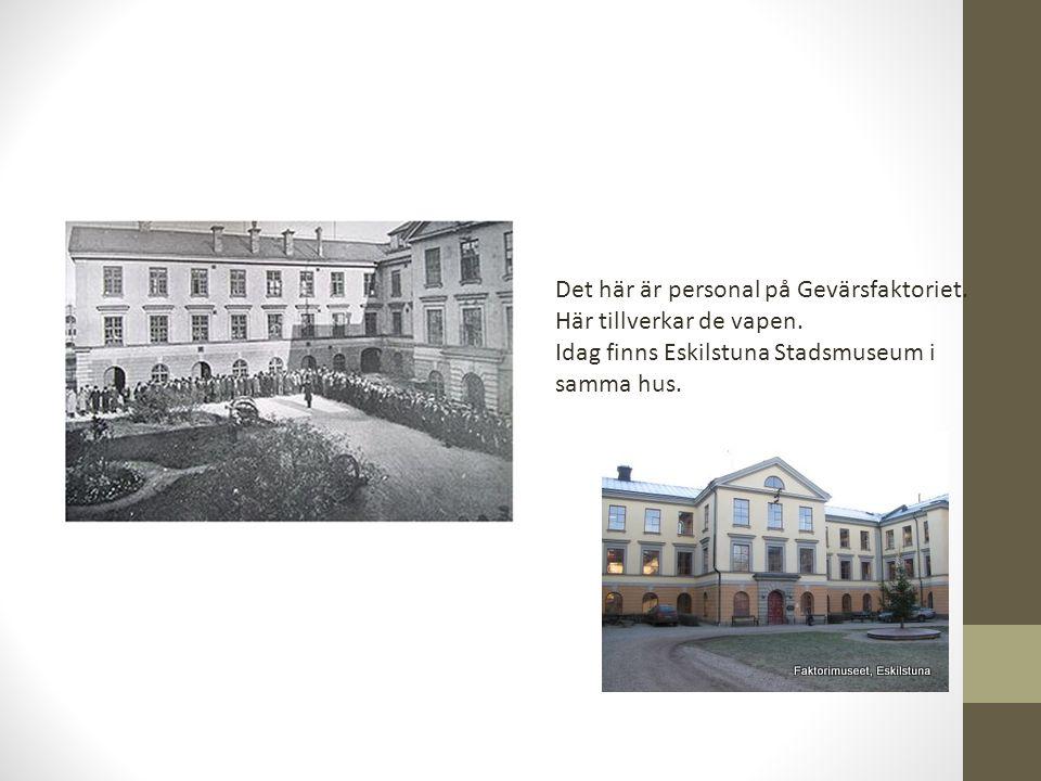 Det här är personal på Gevärsfaktoriet. Här tillverkar de vapen. Idag finns Eskilstuna Stadsmuseum i samma hus.