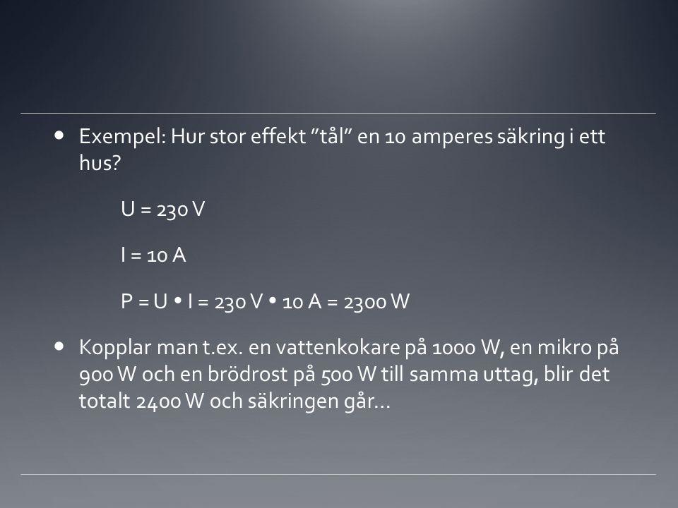 """ Exempel: Hur stor effekt """"tål"""" en 10 amperes säkring i ett hus? U = 230 V I = 10 A P = U  I = 230 V  10 A = 2300 W  Kopplar man t.ex. en vattenko"""