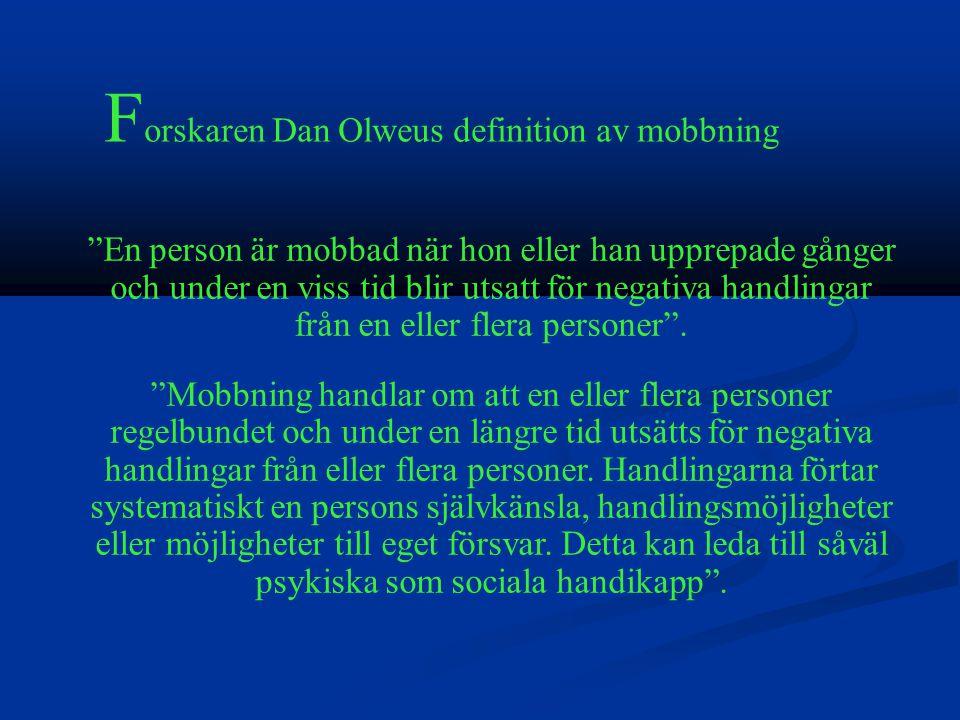 En person är mobbad när hon eller han upprepade gånger och under en viss tid blir utsatt för negativa handlingar från en eller flera personer .