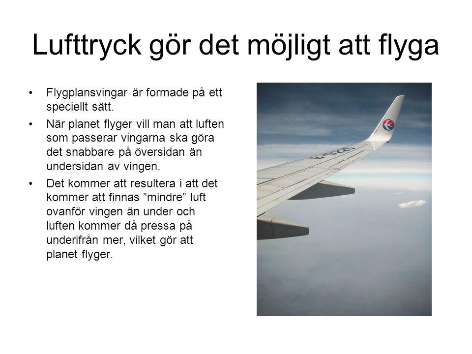 Lufttryck gör det möjligt att flyga Flygplansvingar är formade på ett speciellt sätt. När planet flyger vill man att luften som passerar vingarna ska
