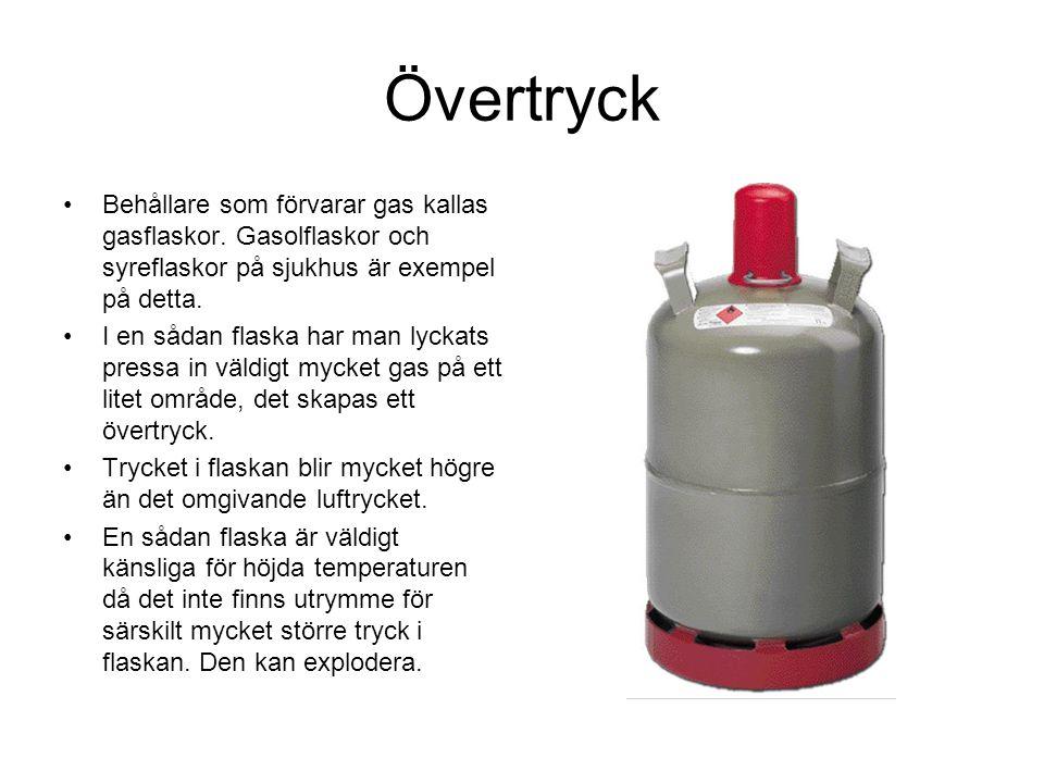 Övertryck Behållare som förvarar gas kallas gasflaskor. Gasolflaskor och syreflaskor på sjukhus är exempel på detta. I en sådan flaska har man lyckats
