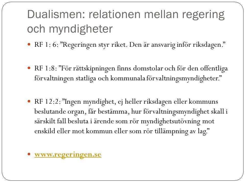 """Dualismen: relationen mellan regering och myndigheter RF 1: 6: """"Regeringen styr riket. Den är ansvarig inför riksdagen."""" RF 1:8: """"För rättskipningen f"""