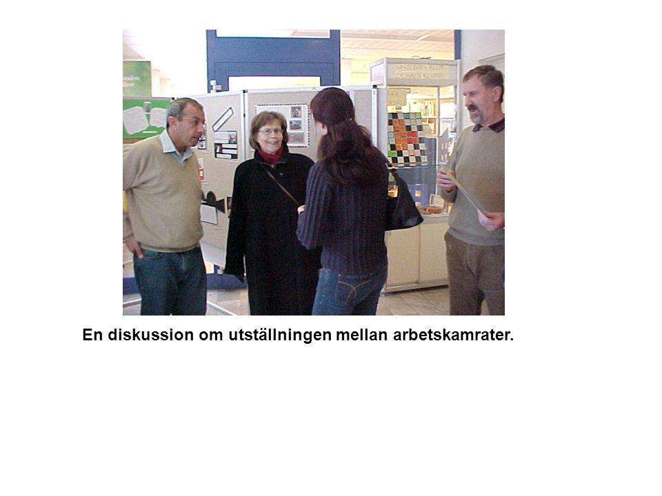 En diskussion om utställningen mellan arbetskamrater.