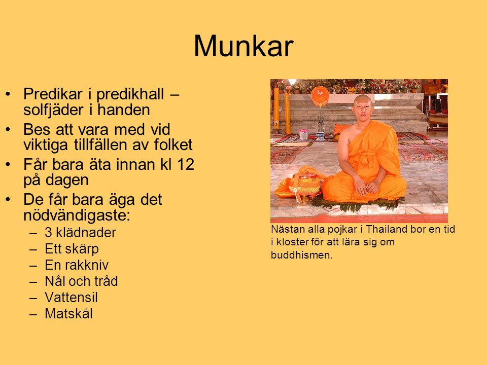 Munkar Nästan alla pojkar i Thailand bor en tid i kloster för att lära sig om buddhismen. Predikar i predikhall – solfjäder i handen Bes att vara med