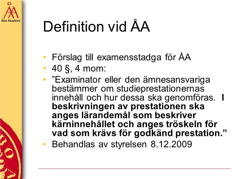 """Definition vid ÅA Förslag till examensstadga för ÅA 40 §, 4 mom: """"Examinator eller den ämnesansvariga bestämmer om studieprestationernas innehåll och"""