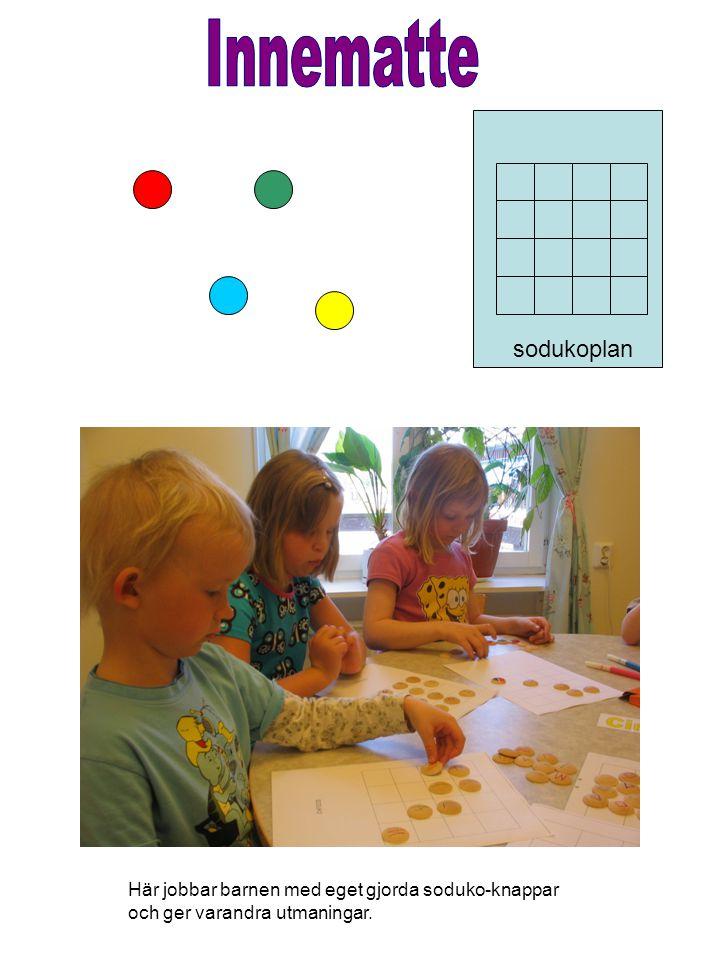 Här jobbar barnen med eget gjorda soduko-knappar och ger varandra utmaningar. sodukoplan