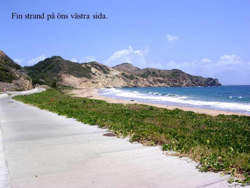 Fin strand på öns västra sida.