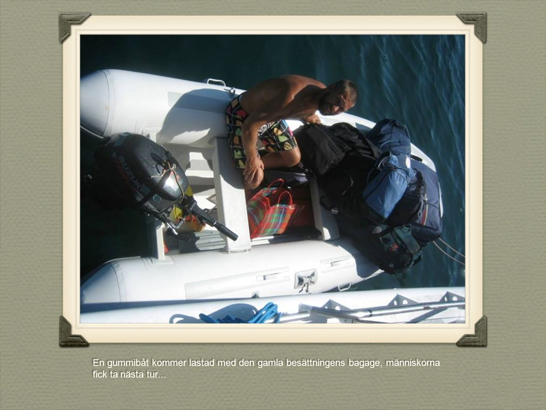 En gummibåt kommer lastad med den gamla besättningens bagage, människorna fick ta nästa tur...