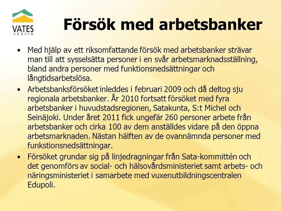 Med hjälp av ett riksomfattande försök med arbetsbanker strävar man till att sysselsätta personer i en svår arbetsmarknadsställning, bland andra perso