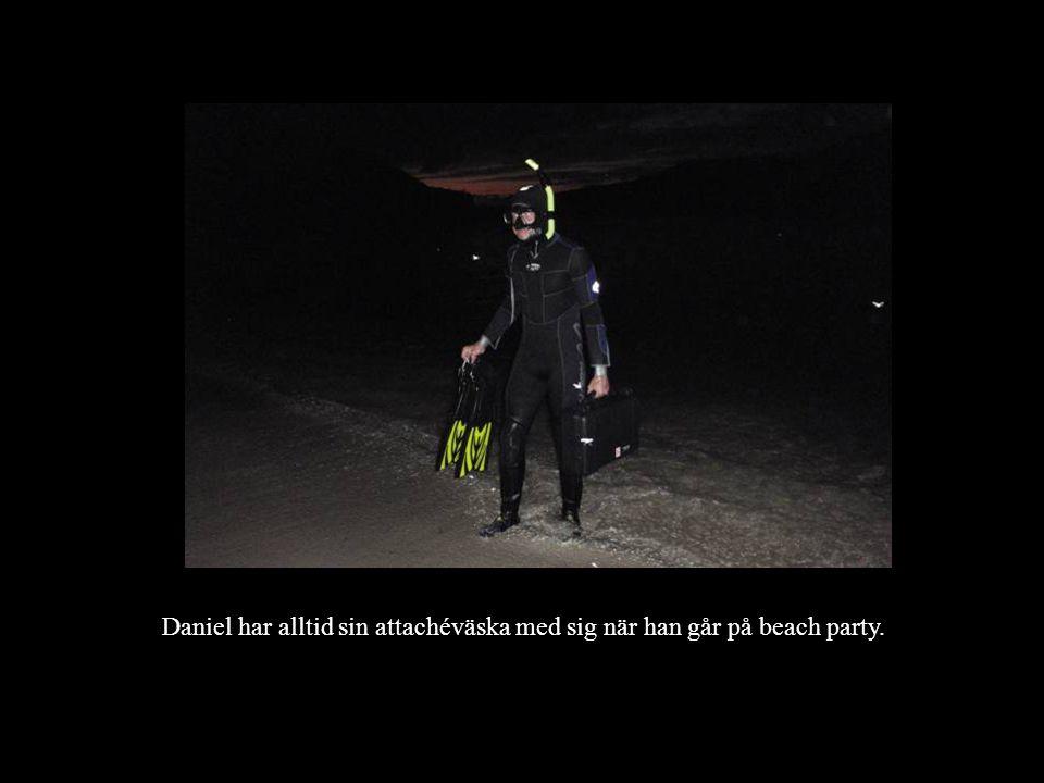Daniel har alltid sin attachéväska med sig när han går på beach party.