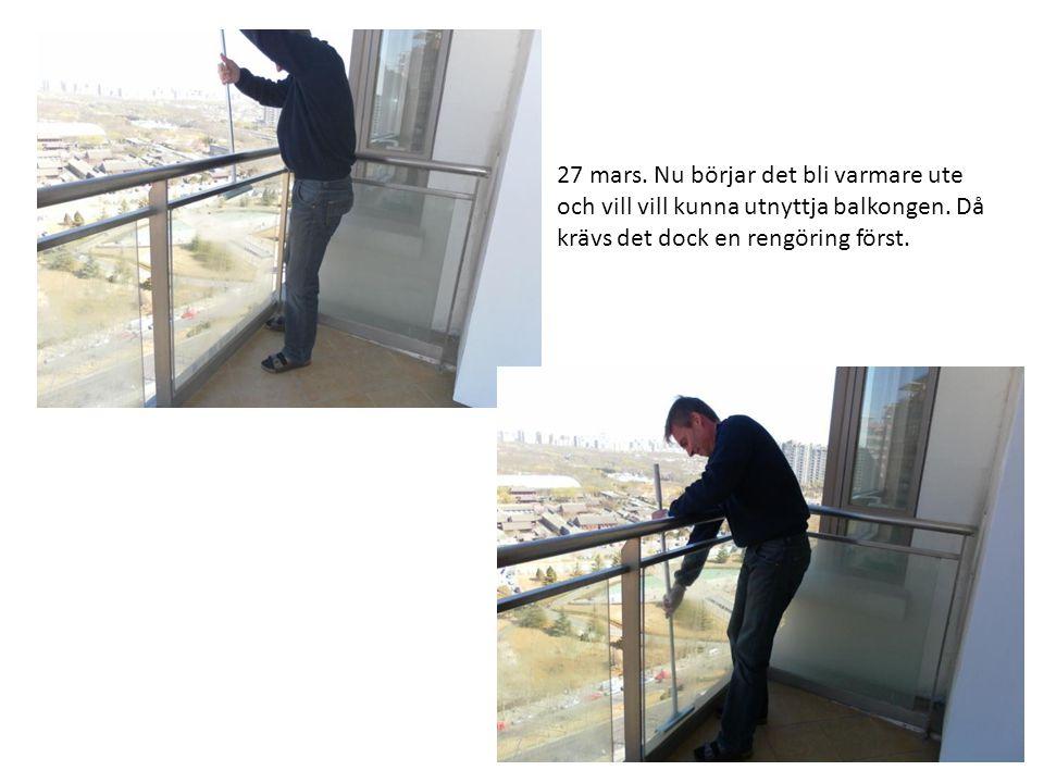27 mars. Nu börjar det bli varmare ute och vill vill kunna utnyttja balkongen. Då krävs det dock en rengöring först.