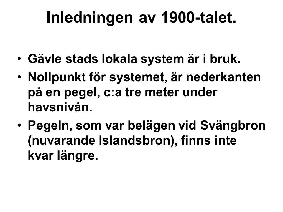 Inledningen av 1900-talet. Gävle stads lokala system är i bruk. Nollpunkt för systemet, är nederkanten på en pegel, c:a tre meter under havsnivån. Peg