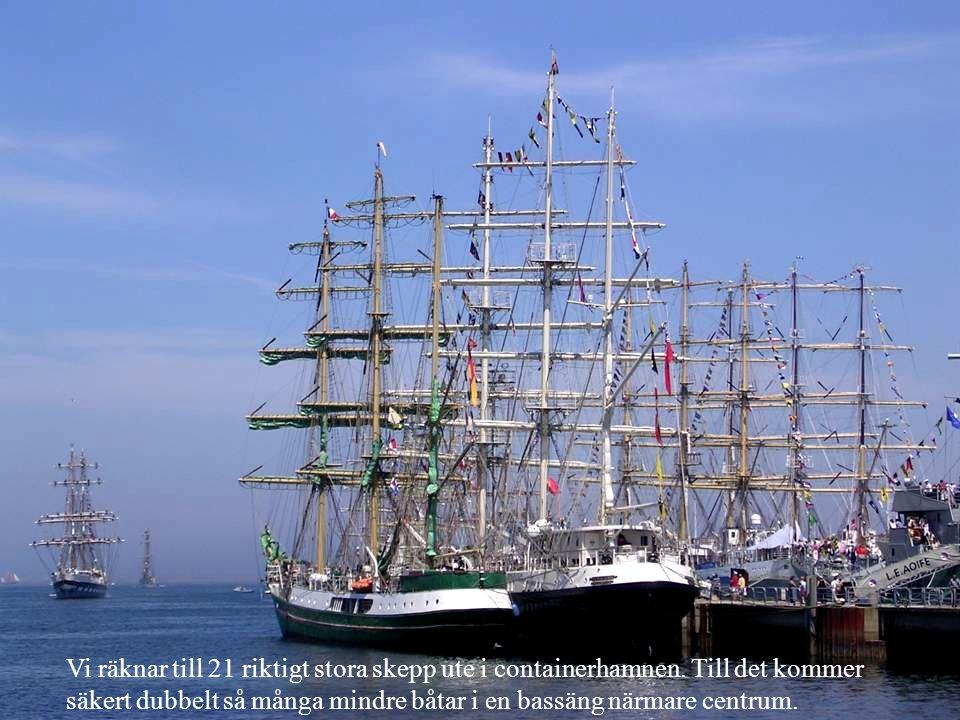 Vi räknar till 21 riktigt stora skepp ute i containerhamnen.